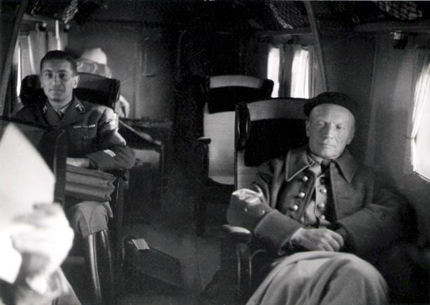 A gauche, le capitaine de Royère, officier d'ordonnance du général Huntziger. Source Service Cinéma de l'Armée.