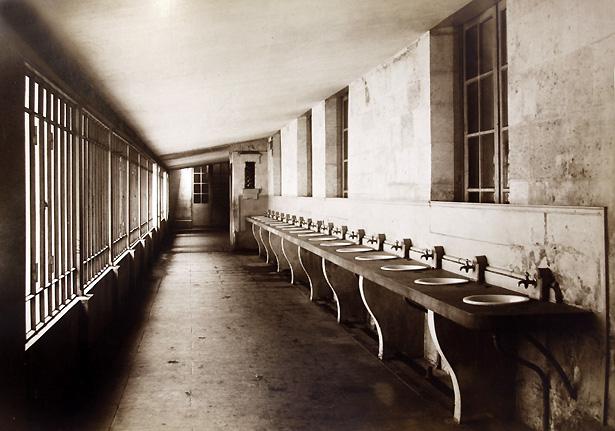 Enfilade de lavabos au dépôt de mendicité de Villers-Cotterêts.