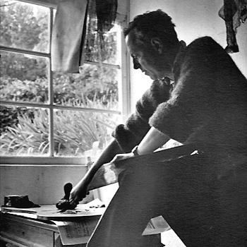 1961, Grasse, Ferdinand Springer dans son atelier de gravure, photographie d'Eldée.