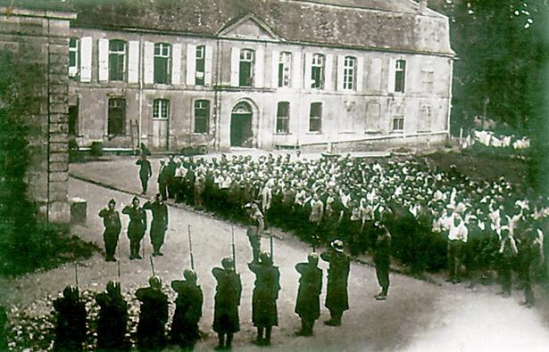 L'appel et le salut au drapeau dans la cour du château du Sablou. Coll. Claire Frossard.