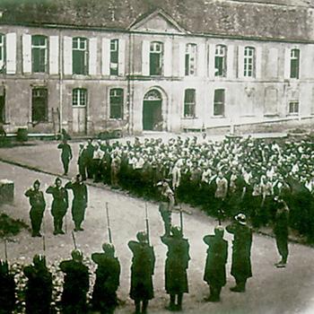 Centre de séjour surveillé du château du Sablou, Dordogne, 1940, l'appel et le salut au drapeau, collection Claire Frossard