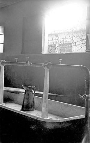 Lavabo de la prison militaire de Mauzac, archives départementales de la Dordogne, 1141 W 239.