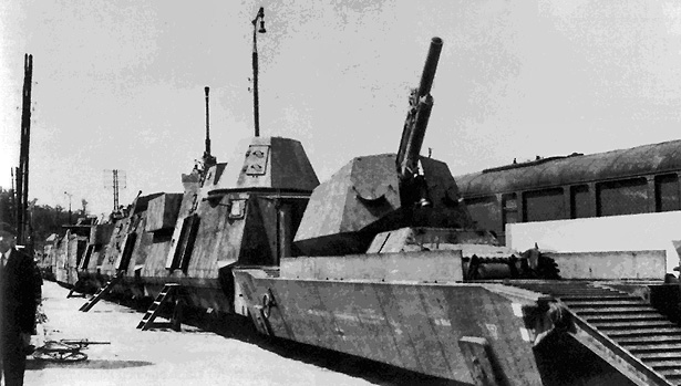 """Capturé le 8 septembre 1944 à St Berain le PZ 32 est ici exposé en gare de Verdun, 1946 (archives """"La Vie du Rail"""")"""