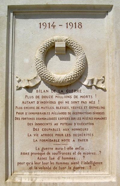 L'arrière du monument aux morts pacifiste de Saint-Martin d'Estréaux (Loire), partie centrale.
