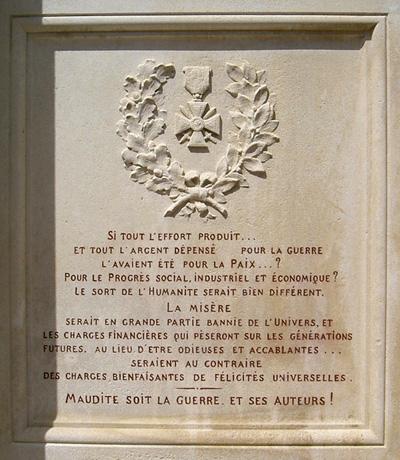 L'arrière du monument aux morts pacifiste de Saint-Martin d'Estréaux (Loire), partie droite.
