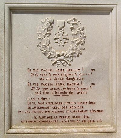 L'avant du monument aux ports pacifiste de Saint-Martind'Estréaux (Loire), partie gauche.
