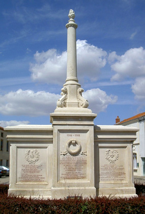 L'arrière du monument aux ports pacifiste de Saint-Martind'Estréaux (Loire)