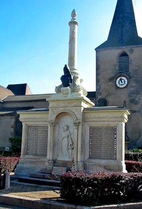 L'avant du monument aux ports pacifiste de Saint-Martind'Estréaux (Loire)