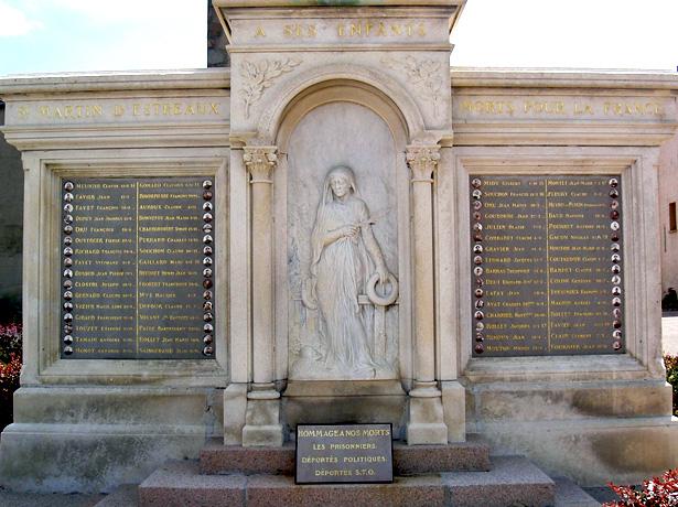 Pleureuse du monument aux morts de Saint-Martin d'Estréaux (Loire)