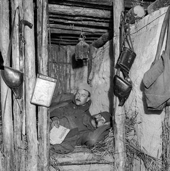 Poilus sur le front, au repos dans leur abri. Collection Christian Bourrier