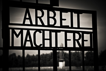«Le travail rend libre», Sachsenhausen, photo Jony Rubio