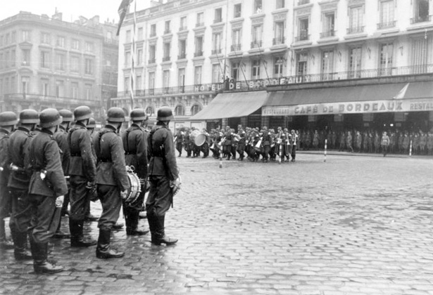 Animation musicale des nazis sur la Place de la Comédie, 1942 source photo : Deutsches Bundesarchiv - Photo Reitzner