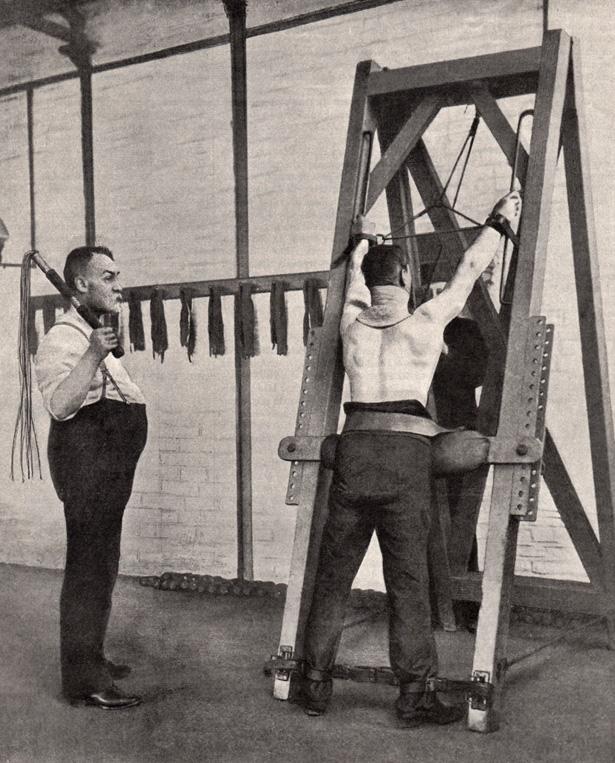 """L'Illustration du samedi 3 septembre 1910 : Le chat à neuf queues dans une prison de Londres – Un châtiment humiliant qui a délivré l'Angleterre de ses """" apaches """" et assuré la sécurité publique."""