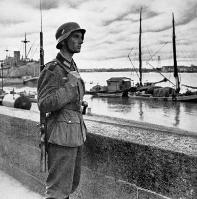 Fin juin 1940. Une sentinelle allemande. source photo : Inconnu