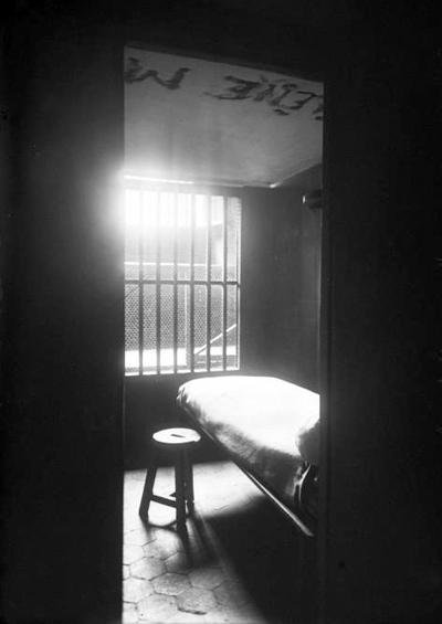 Saint-Lazare, intérieur d'une cellule de la Ménagerie, Agence Rol.