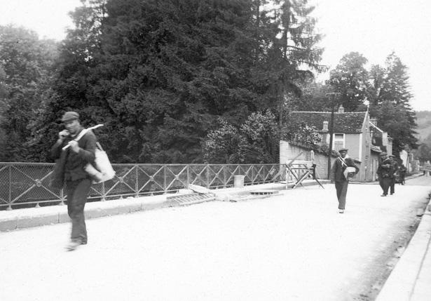 Scène d'exode pénitentiaire : le repli de la maison centrale de Clairvaux, Mussy-sur-Seine (Aube), 15 juin 1940. Collection Jean-Louis Audebert (Bergerac)