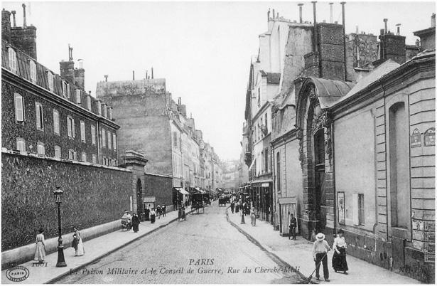 La prison militaire est située à gauche, l'hôtel des Conseils de guerre lui fait face. Collection Debuisson (Paris)