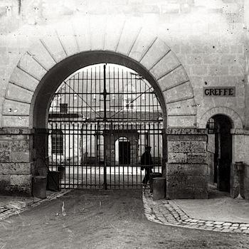 Maison centrale de Fontevrault : grille d'accès à la détention / Photo Henri MANUEL. Coll. ENAP