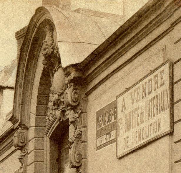 Fronton du porche de l'hôtel des Conseils de guerre, peu avant sa démolition, 1907, coll. J. Tronel