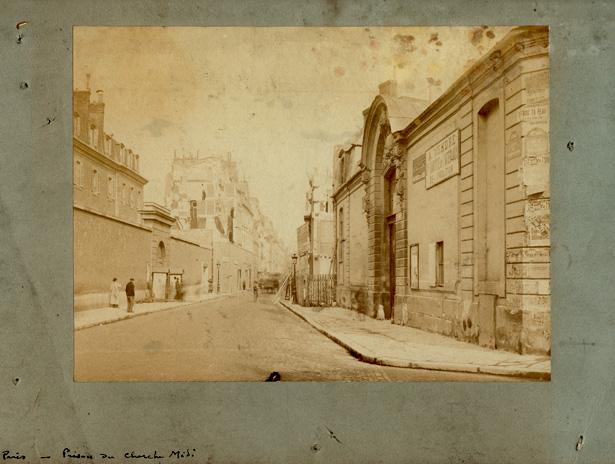 Rue du Cherche-Midi, avec l'hôtel des Conseils de guerre à droite et la prison militaire à gauche, photo Henri Godefroy, coll. J. Tronel. Cliquez sur l'image pour l'agrandir.