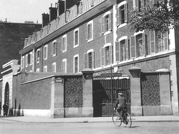 """Prison militaire de Paris, à droite l'entrée donnant sur le boulevard Raspail, à gauche la """"sortie"""", rue du Cherche-Midi."""