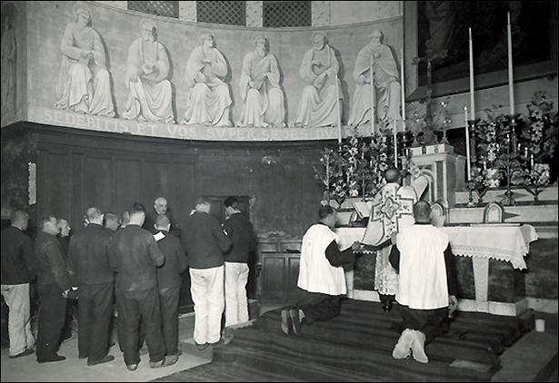 Maison centrale de Nîmes, messe dans la chapelle, Henri Manuel, 1932, coll. ENAP, cote M-21-023.