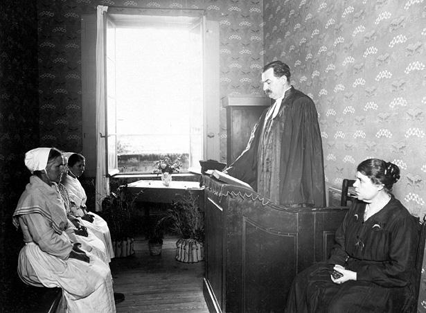Maison centrale de Montpellier, culte protestant : pasteur, surveillante, trois détenues, 1930, Henri Manuel, coll. ENAP, cote : M-08-046.