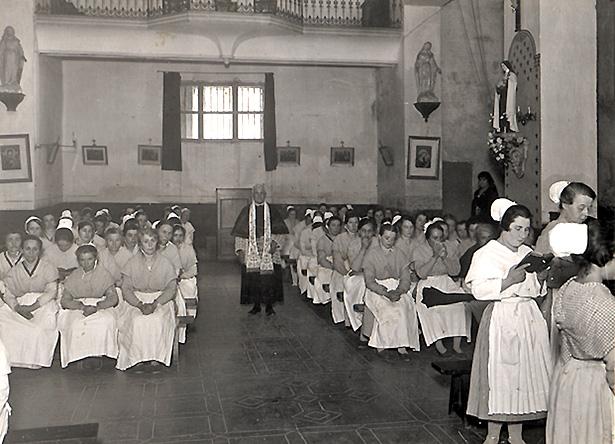 Maison centrale de Montpellier, détenues et officiant dans la chapelle, 1930, Henri Manuel, coll. ENAP, cote : M-08-042.