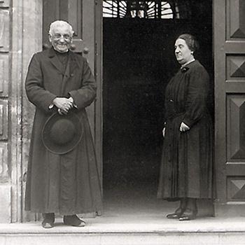 Maison centrale de Montpellier, surveillante, surveillant et aumônier devant l'entrée principale, 1930, Henri Manuel, coll. ENAP, cote : M-07-029.