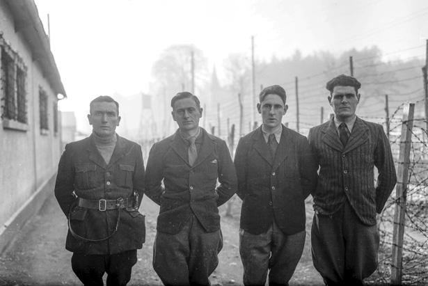 Groupe photographié à la prison militaire de Mauzac en 1942, photo Robert Bondier, Galerie Bondier-Lecat, Bergerac (Dordogne)
