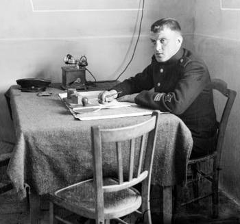 Le commandant Kowalov à son bureau. Photo © Coll. Bondier-Lecat.