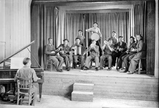 Une troupe de musiciens en répétition. Photo © Coll. Bondier-Lecat.