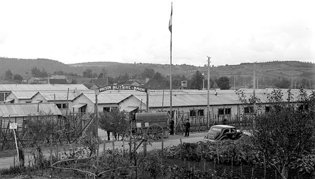 Entrée de la prison militaire de Mauzac, le 14 octobre 1944, photo coll. Galerie Bondier-Lecat.