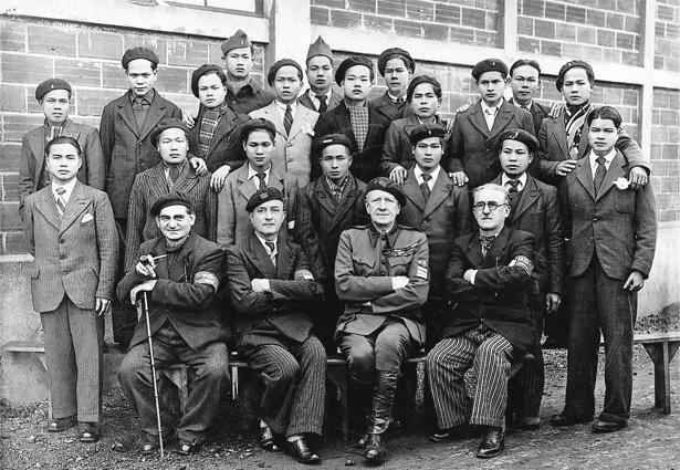 Groupe d'Indochinois avec leur encadrement de la M.O.I. Photo Studio Laborie.