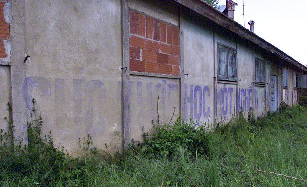 Traduction de l'inscription sur le mur : « La santé pour apprendre un métier », baraquement situé à Creysse, photo Jacky Schoentgen.