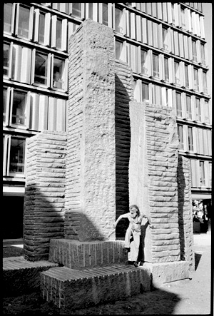 Shamaï Haber et les sculptures de la Maison des Sciences de l'Homme. Photo Martine Franck, Magnum Photos.
