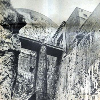 Une seule route donne accès au fort de Portalet ; elle se trouve à l'extrémité du pont de l'Enfer que soutient au-dessus du gouffre un énorme pilier. Dans son édition du 9 novembre 1941, le grand hebdomadaire d'actualités lyonnais Sept Jours, dirigé par Jean Prouvost, publie un article au titre évocateur : «Un reportage photographique : Le Portalet, enceinte fortifiée»