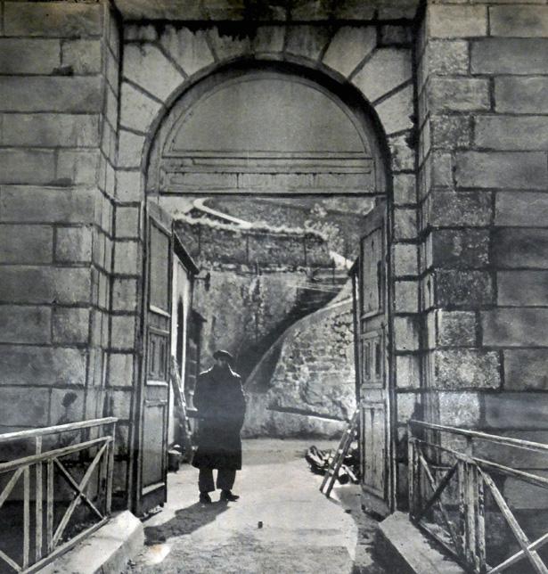 Une seule route donne accès au fort de Portalet ; elle se trouve à l'extrémité du pont de l'Enfer que soutient au-dessus du gouffre un énorme pilier. Hebdomadaire 7 Jours du 9 novembre 1941.