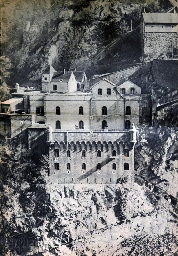 Vue générale du fort. 1, 2, 3, 4 : les cellules des détenus ; 5 : salle de douches ; 6 : terrasse où se promènent les détenus ; 7 : cuisine ; 8 : caserne des gardes ; 9 : pavillon du gouverneur du fort ; 10 : pont d'entrée par la route. Hebdomadaire 7 Jours du 9 novembre 1941