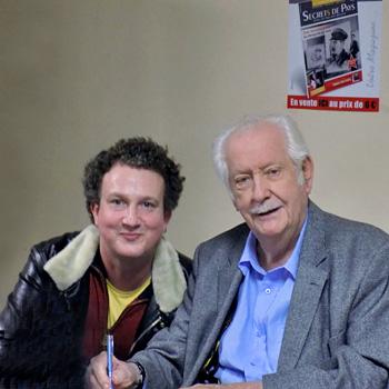 Patrice Rolli et Pierre Bellemare lors du lancement du magazine Secrets de pays à Monpazier en décembre 2014.