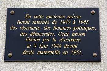 Plaque mémorielle rappelant la libération de la prison militaire de Nontron en juin 1944.