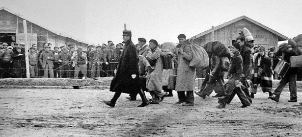 Arrivage de détenus au camp de Gurs