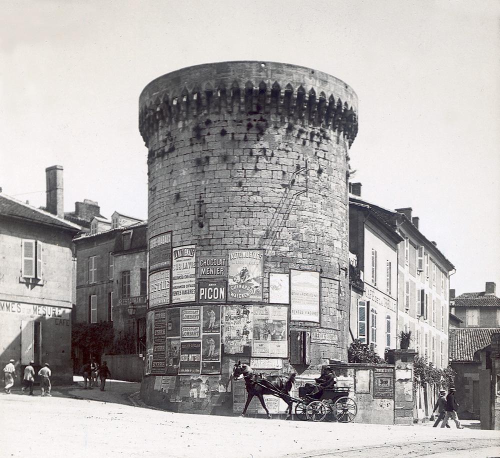 La Tour Mataguerre (vers 1900) avec, sur droite, l'entrée de l'Hôtel de la Tour Mataguerre, siège du tribunal militaire de Périgueux, de 1940 à 1942. Coll. La Thèque.