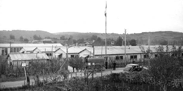 """Entrée de la """"prison militaire de Paris repliée à Mauezac, juin 1944, coll. Galerie Bondier-Lecat."""