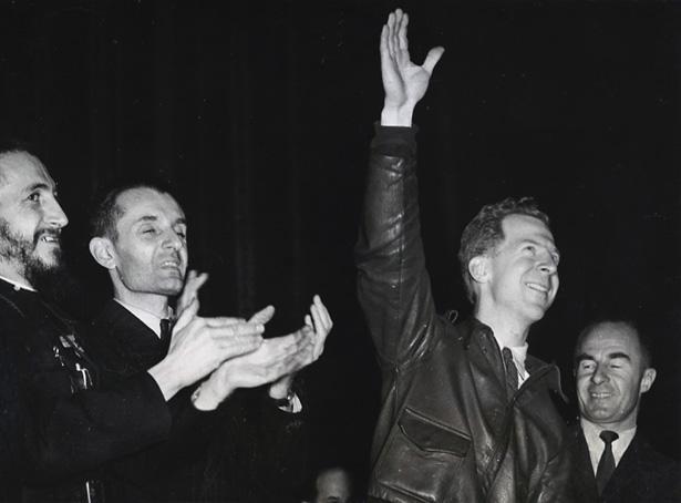 Le citoyen du monde Garry Davis au Vel d'Hiv en 1948, soutenu par l'abbé Pierre, à gauche. Photo DR.