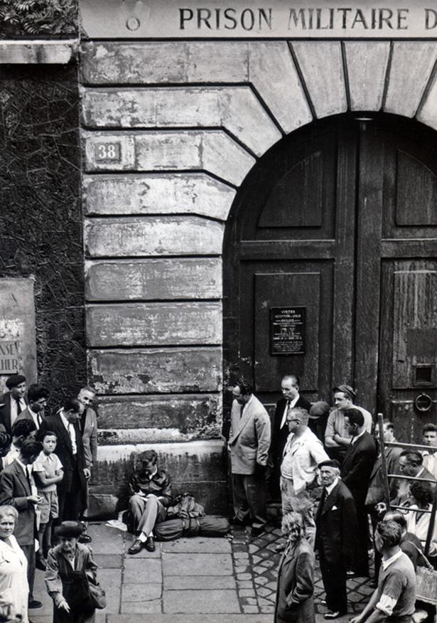 garry_davis_sitting_devant_la_prison_du_cherche_midi_22_9_1949