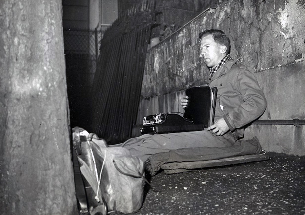 13 décembre 1949, à la suite du refus opposé a sa demande d'entrée en Allemagne, sit-in de l'activiste Garry Davis. Photo DR.