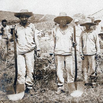 Nouvelle-Calédonie, forçats au travail portant la chaîne d'accouplement.