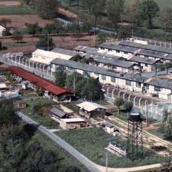 Le centre pénitentiaire de Mauzac avec, situé entre la Dordogne et le mur de clôture du Camp Sud, le