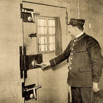 Gardien de prison à la Petite Roquette, 1939, photo Albert Harlingue